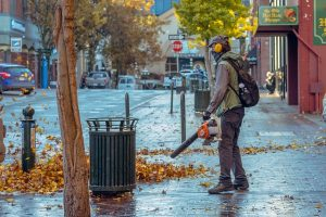 הפעלת מפוח עלים ברחוב